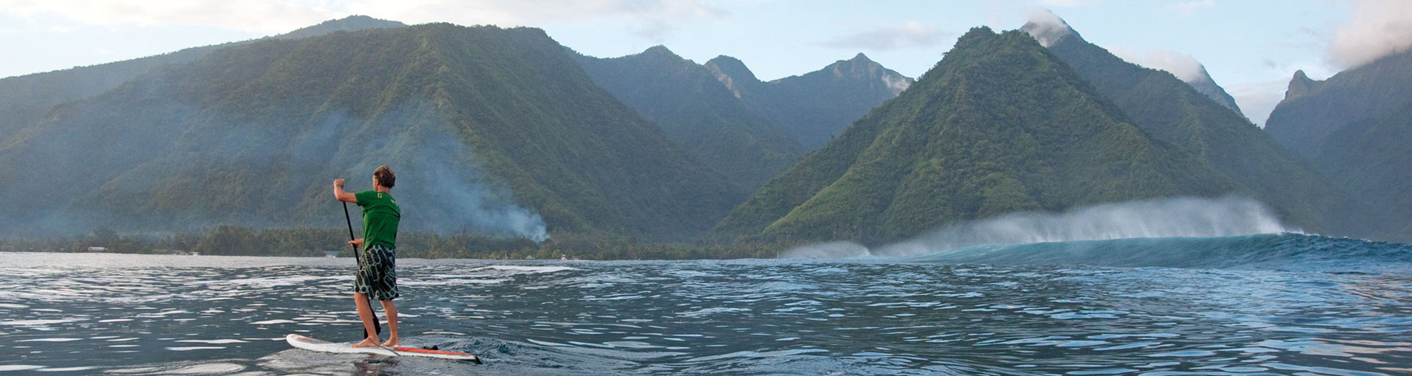 Aufblasbares Surfbrett beim Wellenreiten